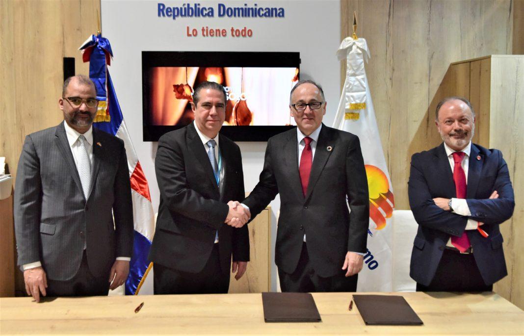 El Ministro de Turismo de la República Dominicana, segundo desde la izquierda, concretizó numerosos acuerdos entre empresarios europeos y el país en FITUR 2020.