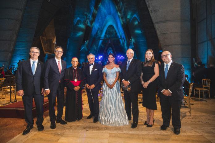 De izquierda a derecha, los señores René Grullón, José Mármol, Monseñor Gregorio Nicanor Peña, José Antonio Molina, Natalie Peña Comas, Marino D. Espinal, Johanna Rodríguez de Grullón y Eduardo Grullón.