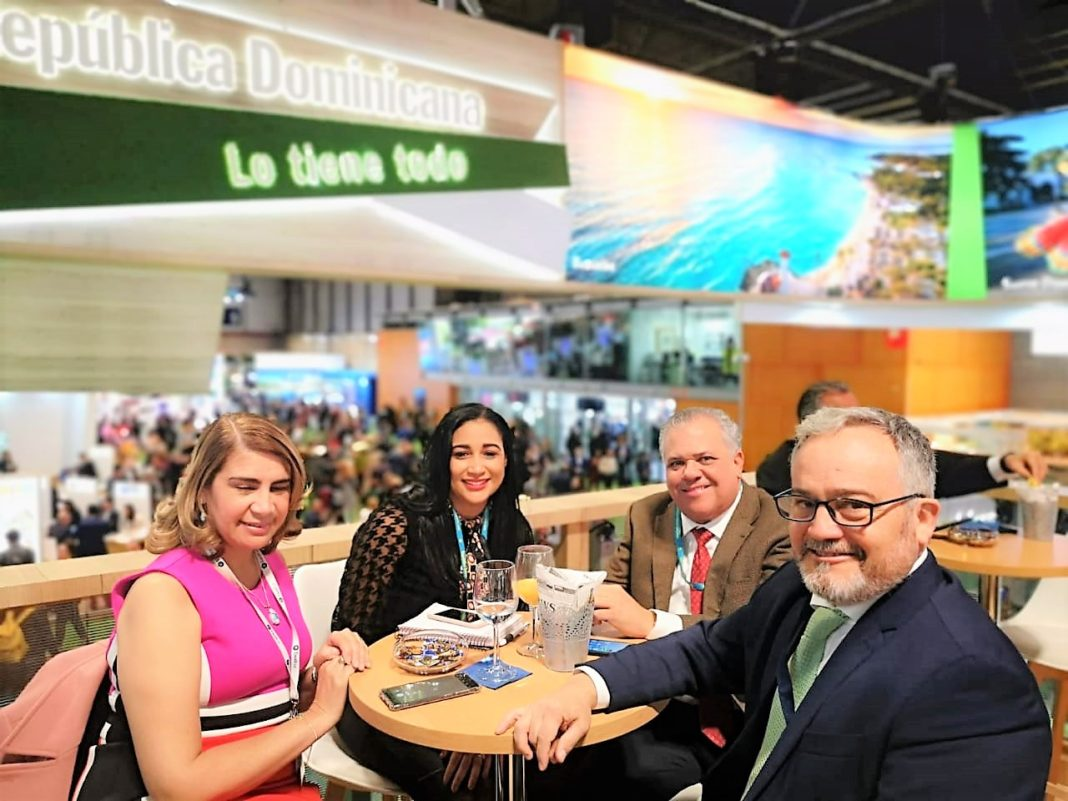 La delegación del Clúster Turístico de este destino encabezada por su presidente el señor César José de los Santos y la directora ejecutiva de esta entidad, Juana (Tatty) Lahoz.