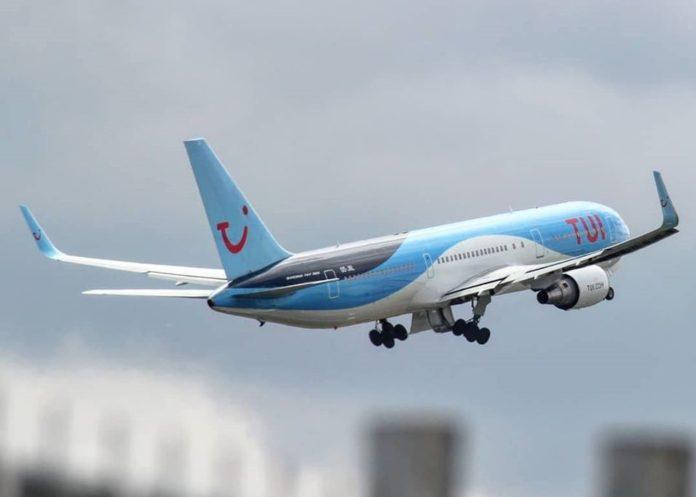 Avión de TUI Fly al momento de despegar