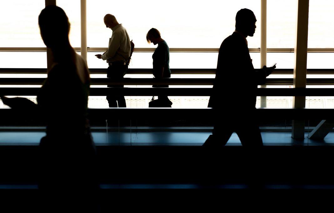 Gente caminando por un aeropuerto, Foto Pixabay.
