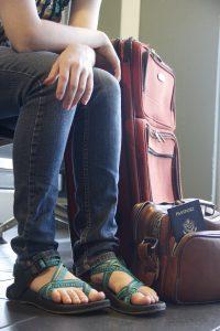 Mujer espera en un aeropuerto. Foto Pixabay
