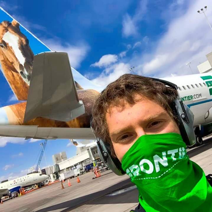 Frontier aplicará medidores de temperatura y desde ya exige mascarillas durante el vuelo