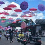 Un paseo por heladerías y bares en una calle colorida