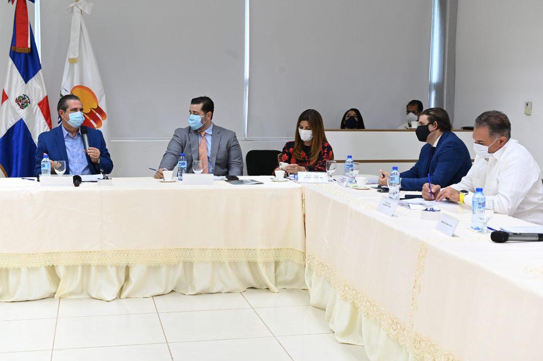 Francisco Javier García, ministro de Turismo, doctor Alejandro Báez, director Ejecutivo de la Comisión de Alto Nivel y Paola Rainieri, presidenta Asonahores.