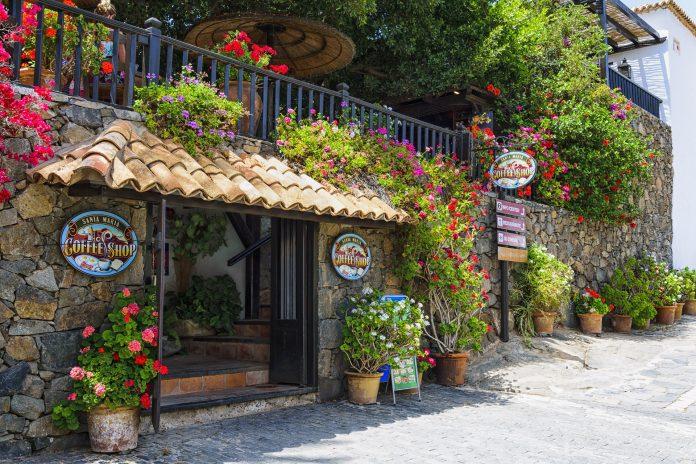 Un café vacío en una calle vacía de Canarias.