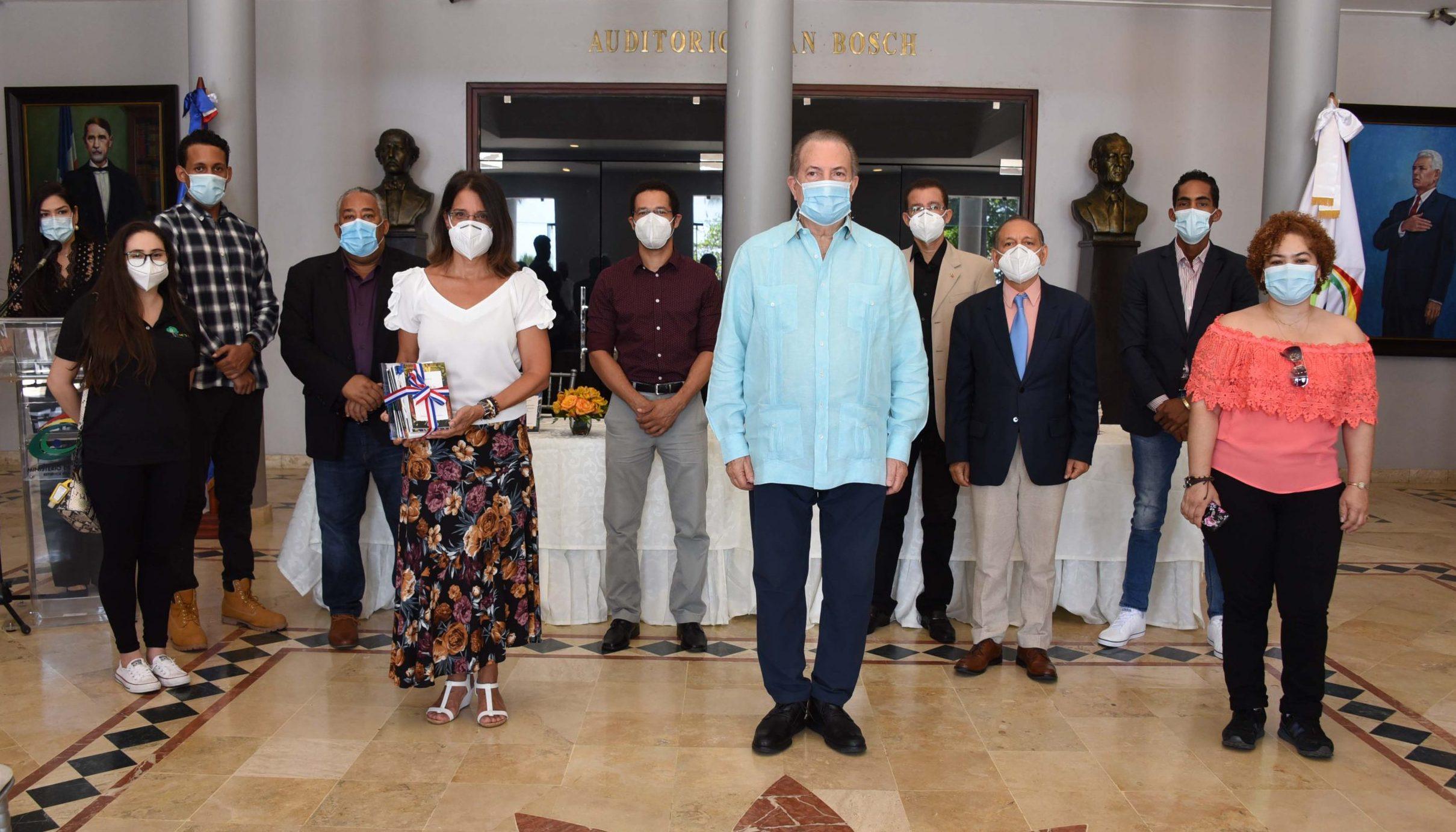 Autoridades del Ministerio de Cultura junto a parte de los autores de las obras que fueron puestas en circulación