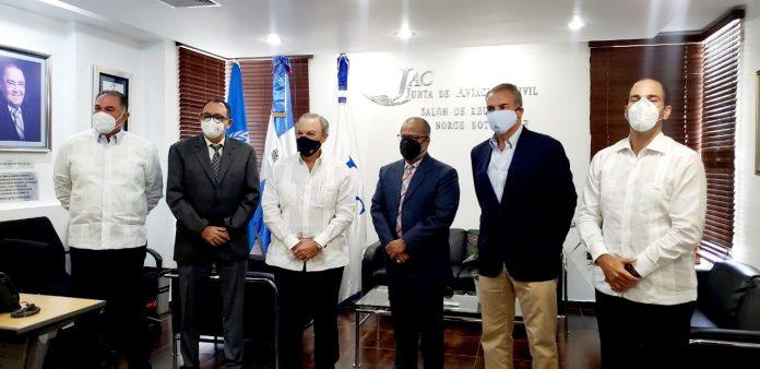 El presidente de la Junta de Aviación Civil (JAC), José Marte Piantini, junto a las autoridades de aeropuertos privados del país.