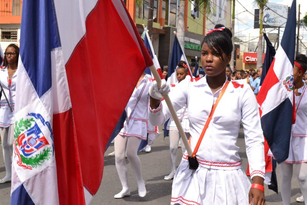 Joven y bandera dominicana Foto EP
