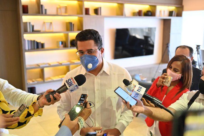 David Collado hablando con la prensa