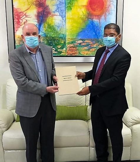 El historiador Roberto Cassá y el periodista José María Reyes durante la firma del acuerdo, en la sede del AGN.