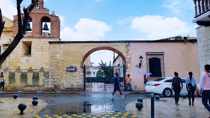 Calle Isabel La Católica en la Ciudad Colonial de Santo Domingo.