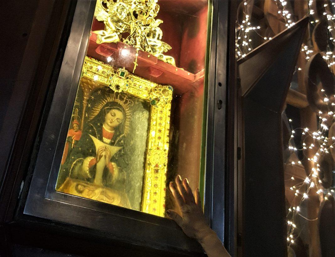 Devoción mariana en la Basílica de Higüey.