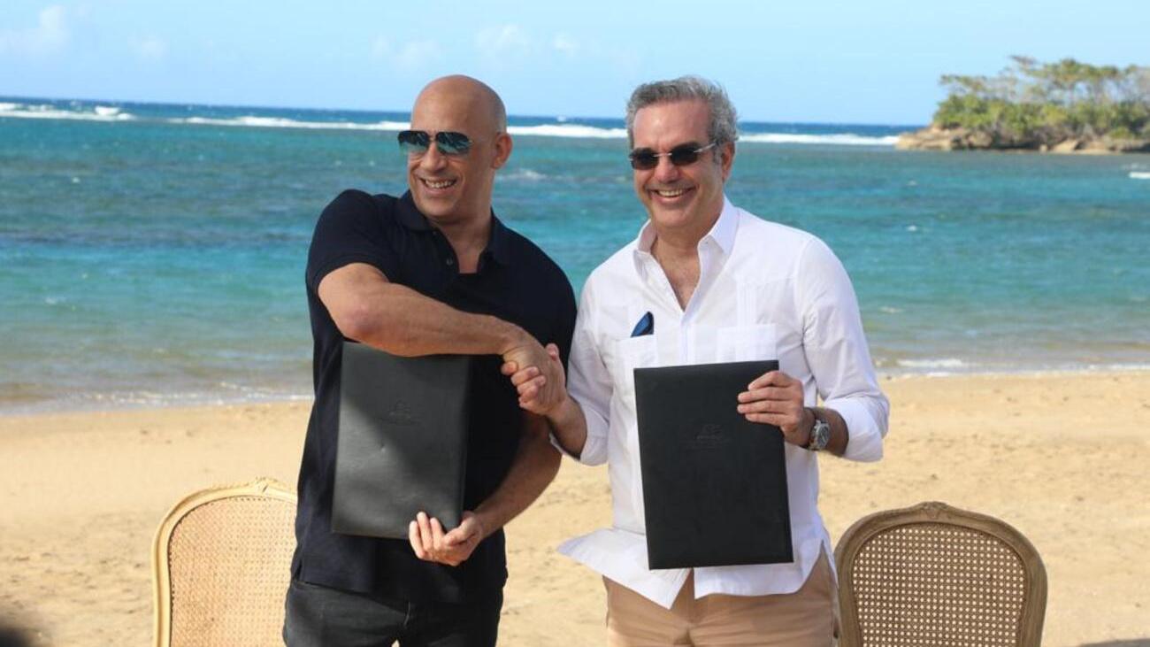 El presidente dominicano y el actor Vin Diesel celebran la firma del acuerdo.
