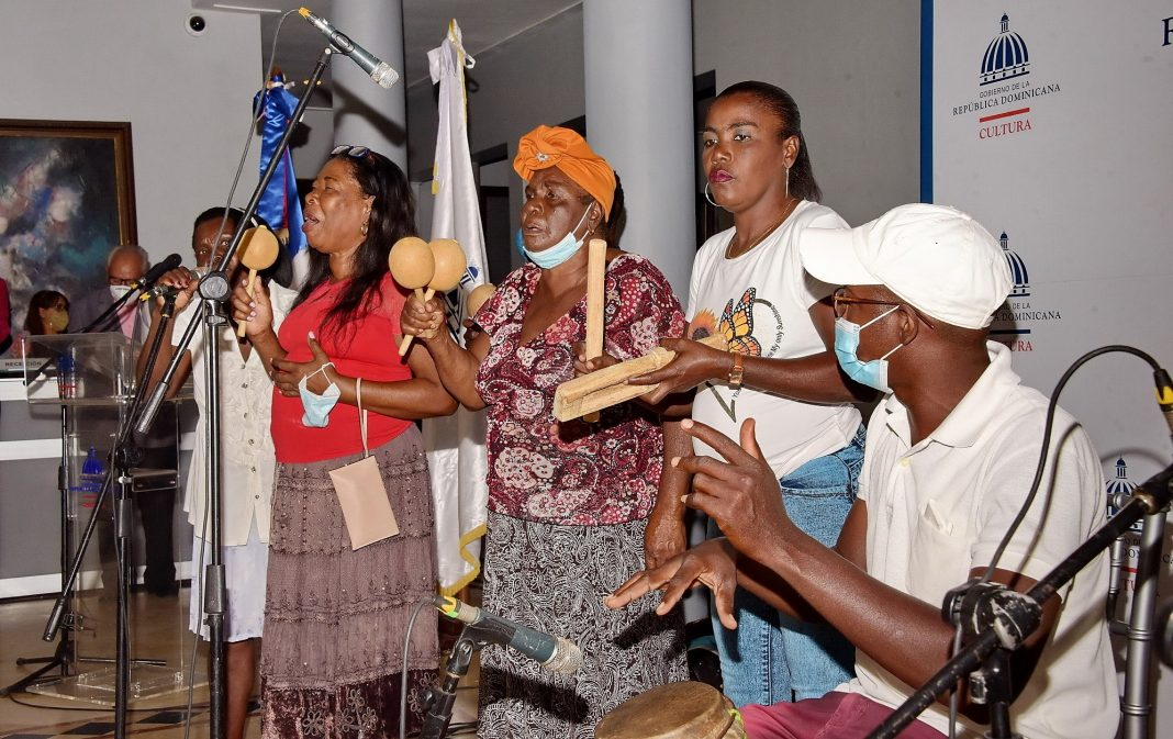 Los Congos de Villa Mella durante su presentación en el Ministerio de Cultura
